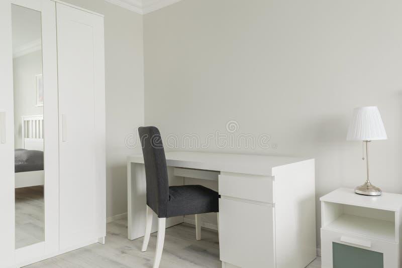 Litet funktionsdugligt utrymme i sovrum royaltyfri foto