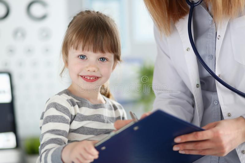 Litet glat barn som besöker doc royaltyfri foto