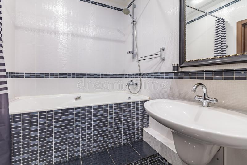 Litet grått badrum arkivfoton