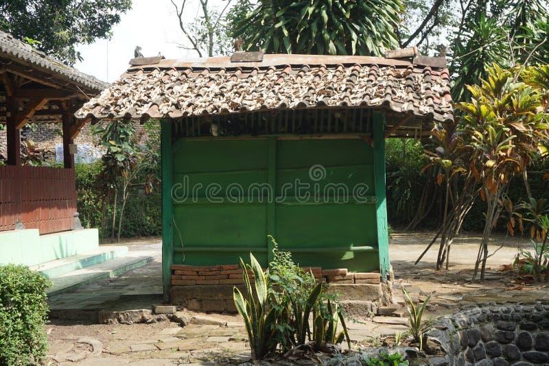 Litet grönt rum i Javanese historiska Sendang Sani Tlogowungu i Pati, centrala Jav, Indonesia_1 royaltyfri bild