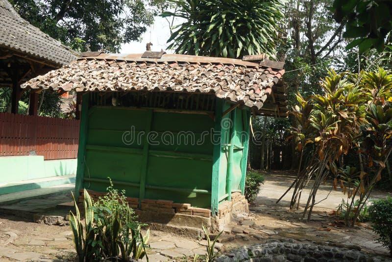 Litet grönt rum i Javanese historiska Sendang Sani Tlogowungu i Pati, centrala Jav, Indonesia_1 arkivbilder