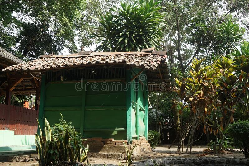 Litet grönt rum i Javanese historiska Sendang Sani Tlogowungu i Pati, centrala Jav, Indonesia_1 royaltyfri fotografi
