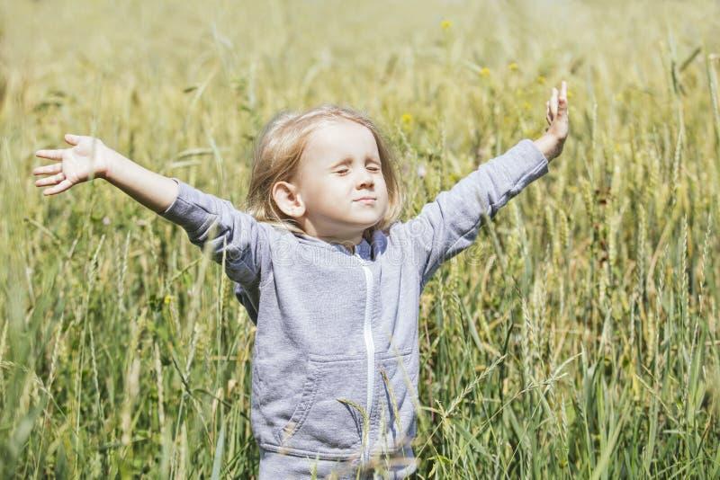 Litet härligt behandla som ett barn flickan utomhus i ett fält i den nya luften royaltyfri fotografi