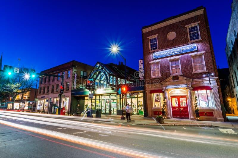 Litet hemtrevligt centrum av Brattleboro, Vermont på natten royaltyfri bild