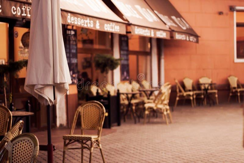 Litet hemtrevligt kafé i liten stad royaltyfria bilder