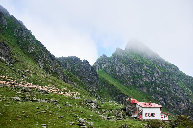 Litet hus i bergen av Rumänien arkivbilder