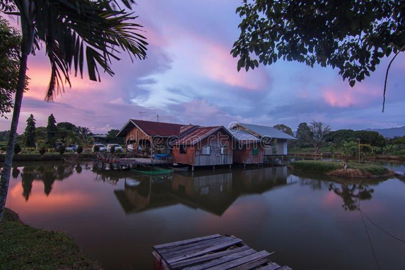 Litet hus med solnedgång i borneo royaltyfri foto