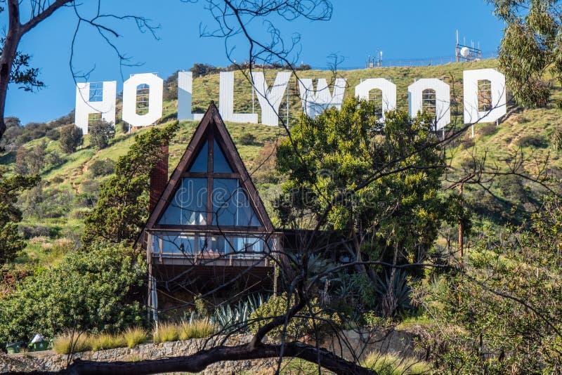Litet hus på det Hollywood tecknet - KALIFORNIEN, USA - MARS 18, 2019 royaltyfri bild