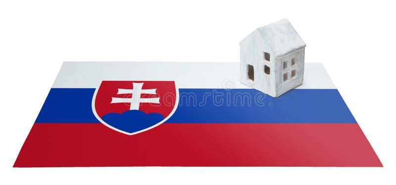 Litet hus på en flagga - Slovakien royaltyfri foto