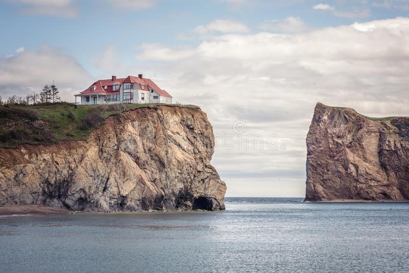 Litet hus på en klippa arkivbild