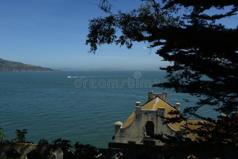 Litet hus på kusterna av San Francisco Bay arkivfoton
