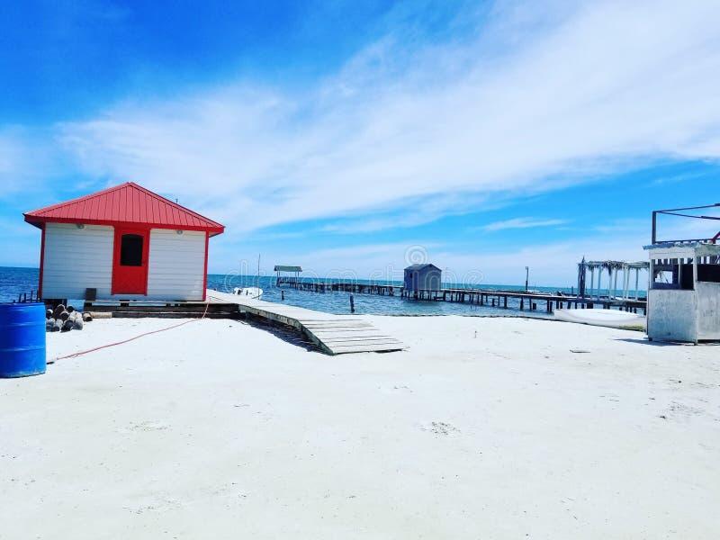 Litet hus på stranden royaltyfria bilder