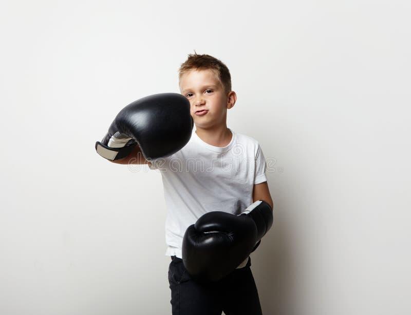 Litet kämpeanseende i boxninghandskar och shower arkivbilder