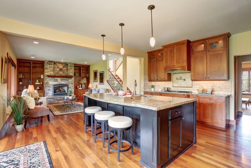 Litet kökområde med planet för öppet golv, sikt av vardagsrum fotografering för bildbyråer