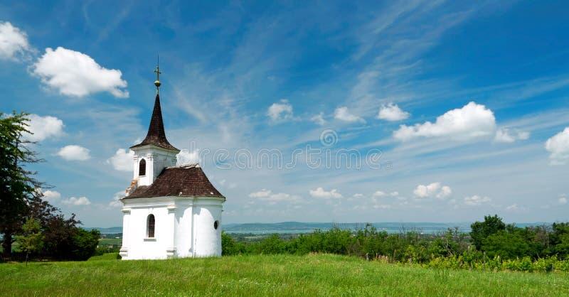 Litet kapell i Balatonlelle på sjön Balaton arkivbilder