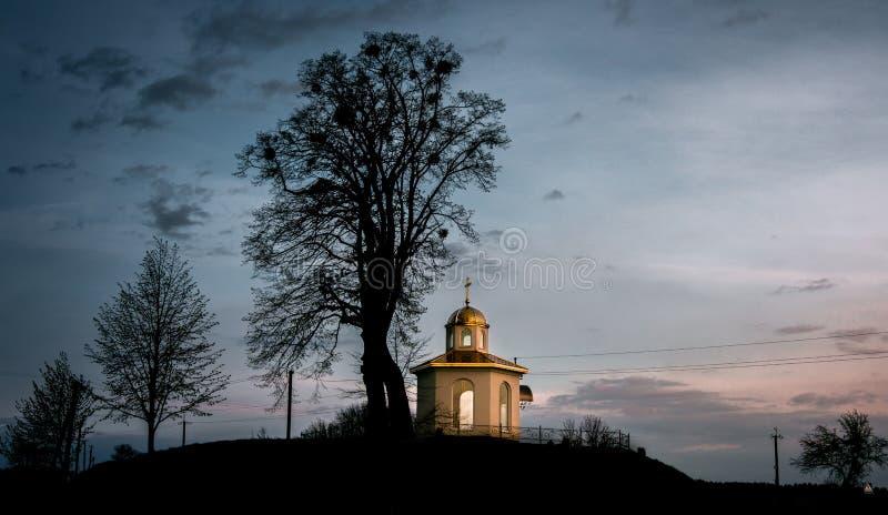 Litet kapell i bygden royaltyfria bilder