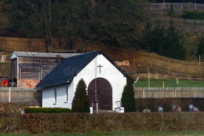 Litet kapell i byn royaltyfri fotografi