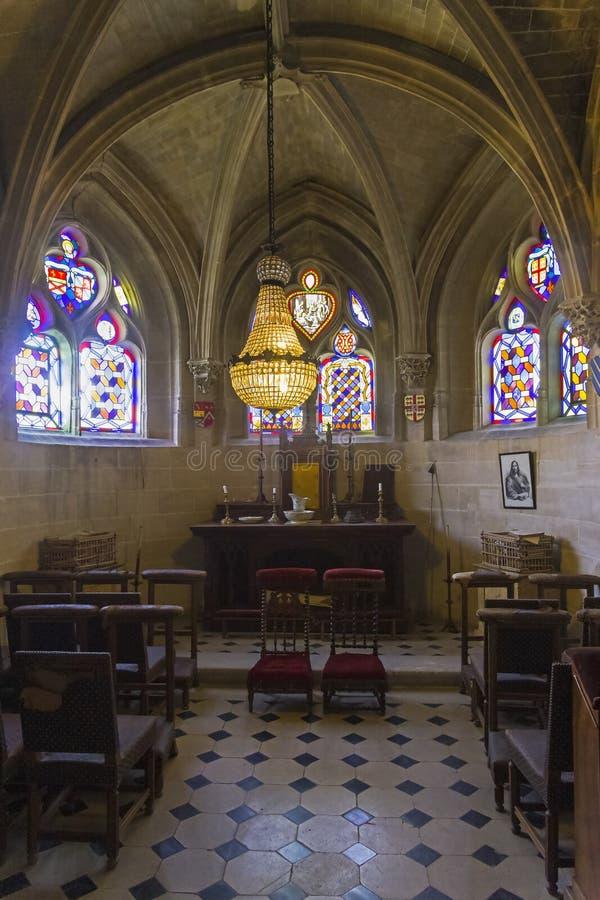 Litet kapell i den gamla slotten royaltyfri bild