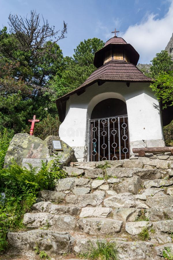 Litet kapell i symbolisk kyrkogård nära Popradske sjön i hög Ta royaltyfria foton