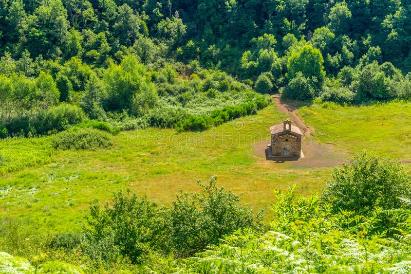 Litet kapell inom krater av den gamla vulkan arkivfoton