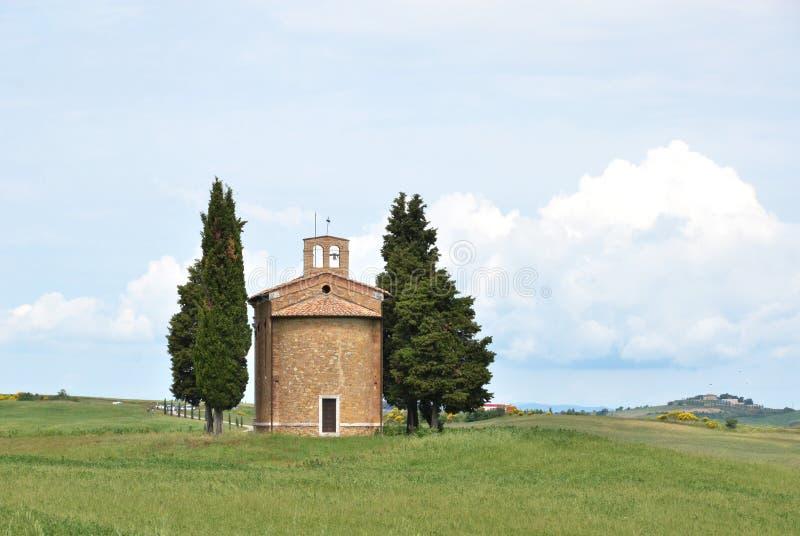 Litet kapell som omges av cypressträd royaltyfri fotografi
