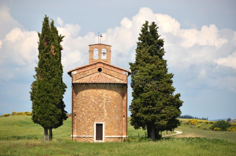 Litet kapell som omges av cypressträd royaltyfria bilder