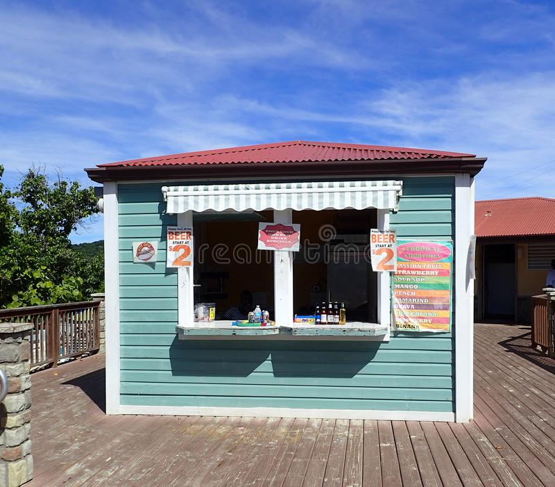 Litet lager var turister kan köpa vatten, läsk, öl och coctailar på den Coki stranden USA Jungfruöarna royaltyfria bilder