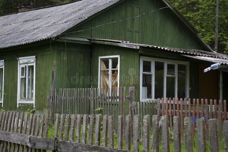 Litet landshus i skogen royaltyfria foton