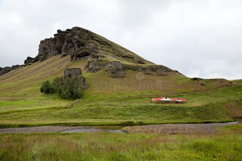 Litet lantgårdhus i Island i sommaren royaltyfria bilder