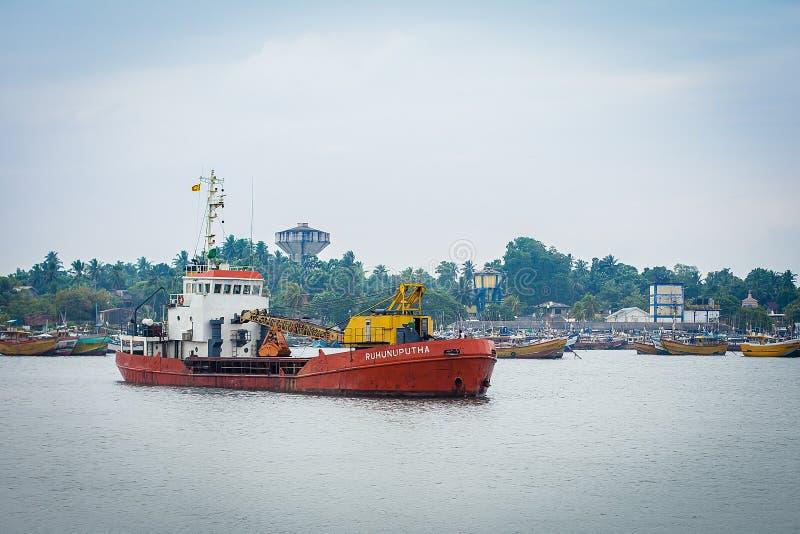 Litet lastfartyg i porten av Sri Lanka royaltyfri foto