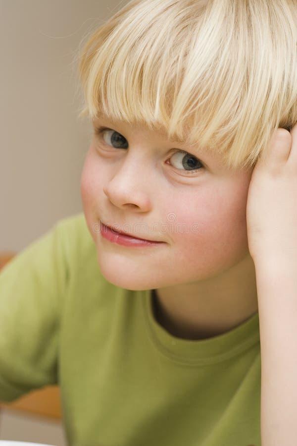 litet le barn för pojke arkivfoton