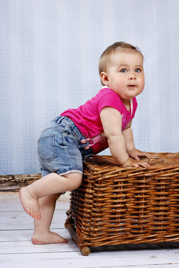 Litet litet barn som försöker att ta hans första steg arkivbilder