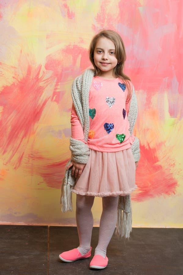 Litet lyckligt behandla som ett barn flickan i rosa färgkjol, halsduk och skjorta arkivfoton