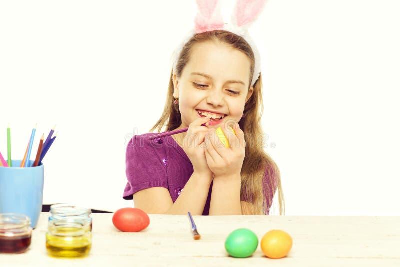 Litet lyckligt behandla som ett barn flickan med easter ägg på vit arkivbild