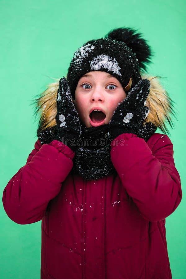 Litet lyckligt skrika för flicka som är utomhus- i vinter royaltyfri bild