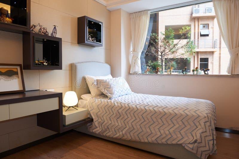 Litet modernt sovrum arkivfoton