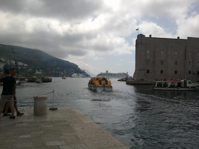 Litet motorfartyg som transporterar folk royaltyfri bild