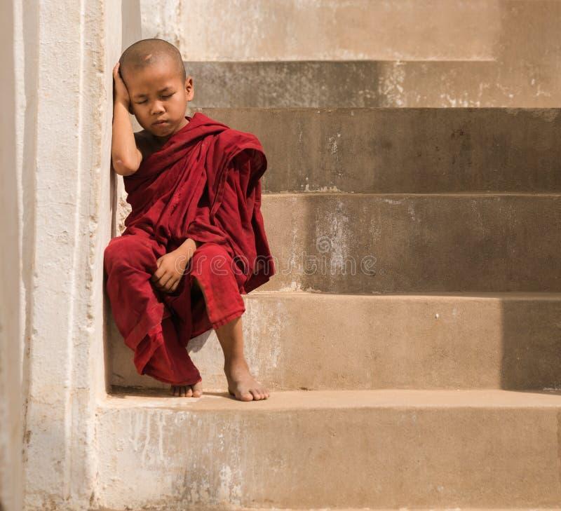 Litet munkstag i pagoden Mandalay, Myanmar Liten munk eller novi arkivfoto