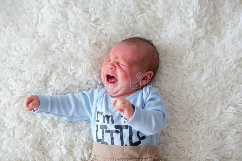 Litet nyfött behandla som ett barn gråt, behandla som ett barn med överilat för hud royaltyfria foton