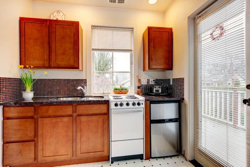 Litet nytt kök i uthyrnings- vagnshus. royaltyfria foton