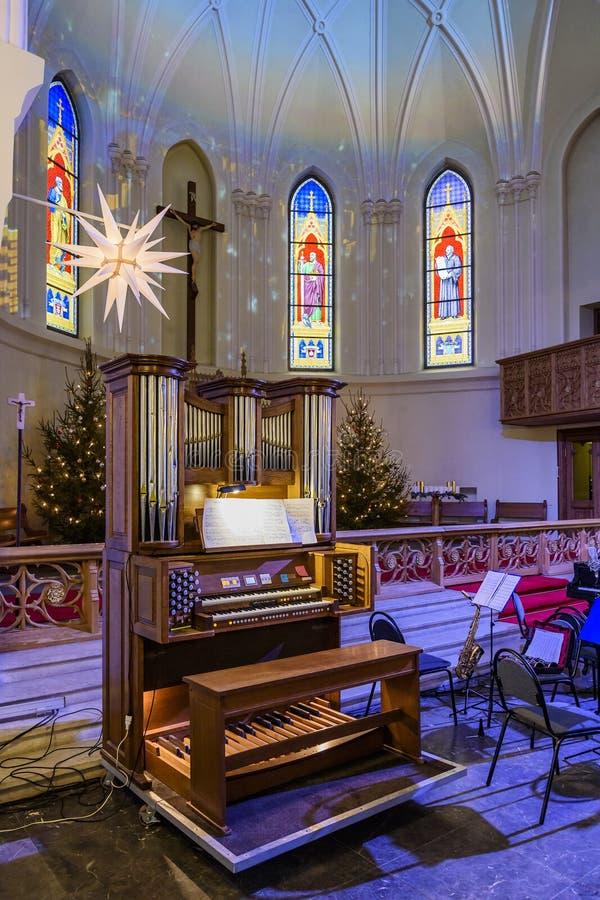 Litet organ i domkyrkan av helgon Peter och Paul för konserten av klassisk musik på festmåltiden av Kristi födelsen royaltyfri foto