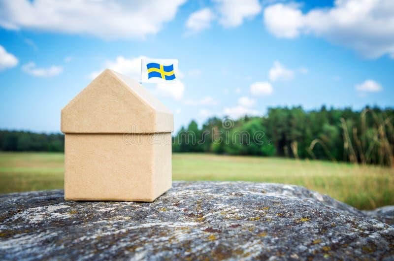 Litet papphus med en svensk flagga fotografering för bildbyråer