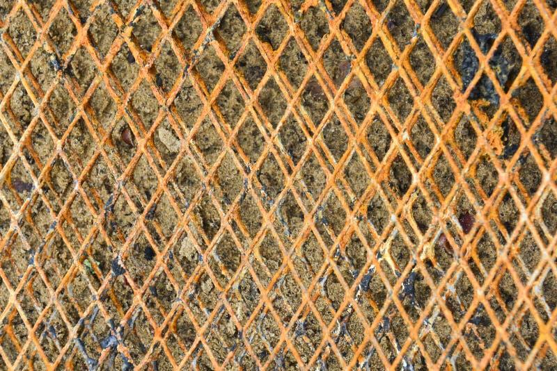 Litet rostigt metalliskt raster på bakgrunden Abstrakt bakgrund f?r design och projekt royaltyfri bild