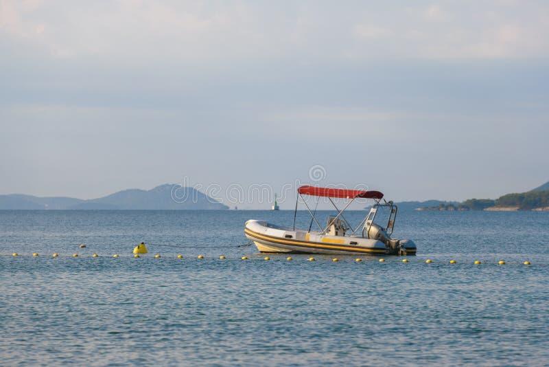 Litet rubber motoriskt fartyg, jolle i morgonljus royaltyfri foto