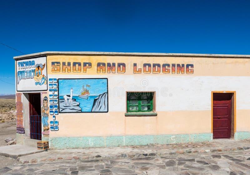 Litet shoppa och logi, typisk Andean, i den lilla Andean staden royaltyfri foto