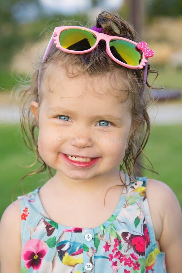 litet solglasögonslitage för flicka arkivbild