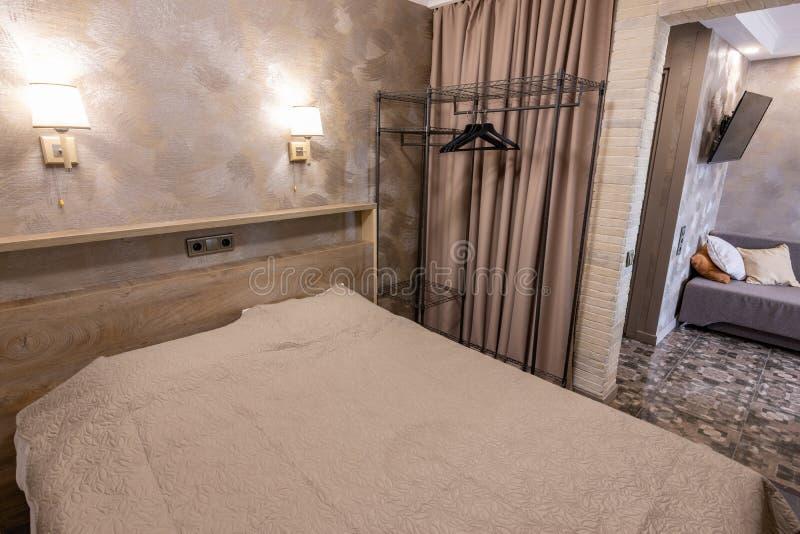 Litet sovrum i ett hotellrum royaltyfria bilder