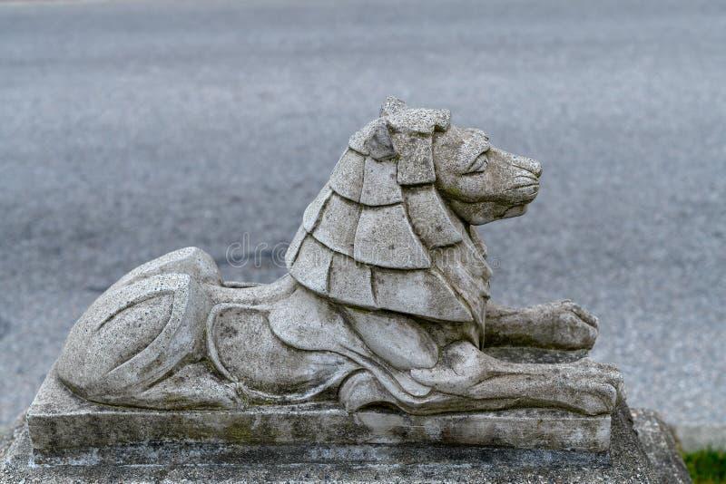 Litet stena lejonstatyn i Stanley Park n?stan lejonportbron royaltyfri bild
