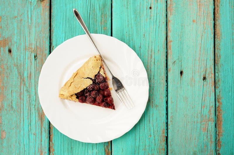 Litet stycke av den wholegrain galetten för hemlagad strikt vegetarian med körsbär arkivfoton