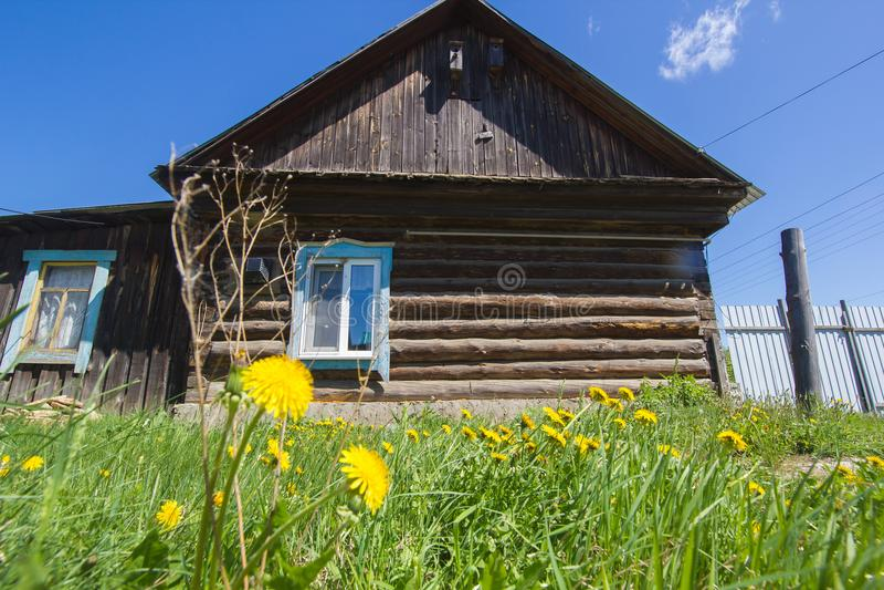 Litet trähus på bygd i gammal rysk by royaltyfri fotografi